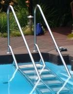 treppenanlage-für-den-pool-rutschfest-bequem-sicher