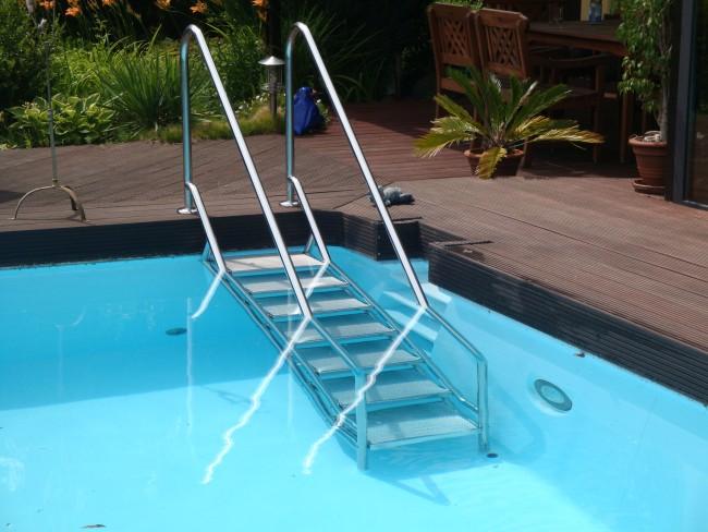 treppenanlage-für-den-pool-sicher-bequem-rutschfest-schwimmingpool